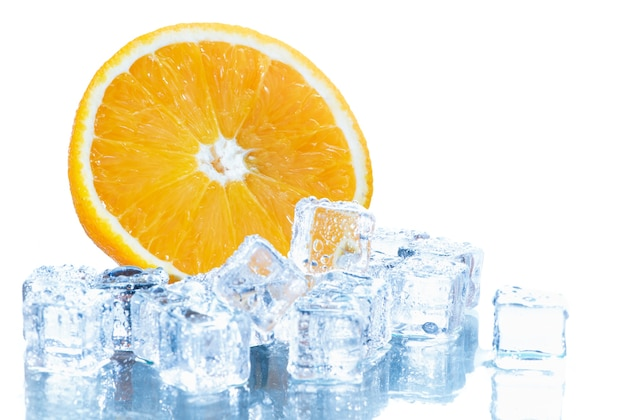 Plastry świeżej pomarańczy w kostce lodu na białym tle w tle