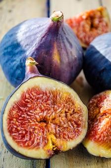 Plastry świeżych fig na drewnianym tle