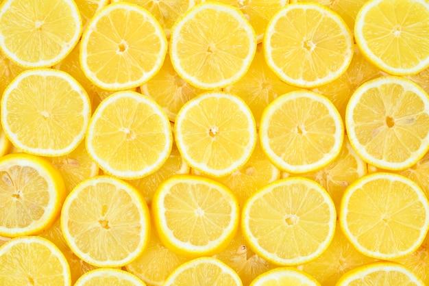 Plastry świeżych, soczystych żółtych cytryn. tekstury tła, wzór.
