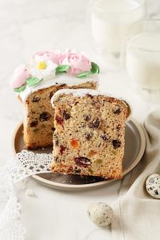 Plastry wielkanocnego ciasta z mlekiem