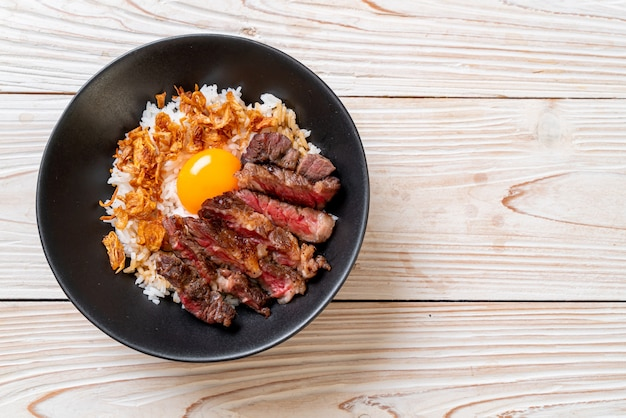 Plastry wołowiny na miseczce ryżowej z jajkiem