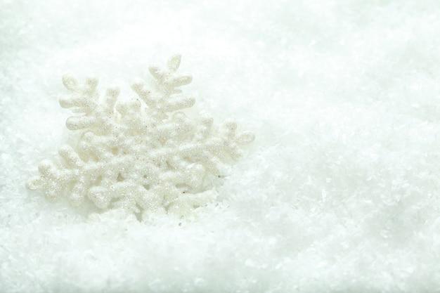Płatek śniegu w śniegu na białym tle