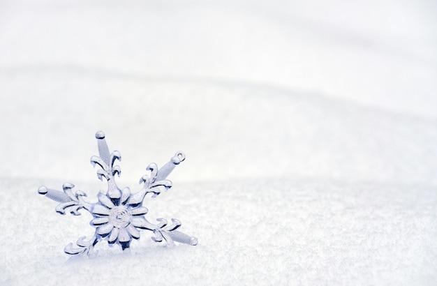 Płatek śniegu w śnieżnym tle