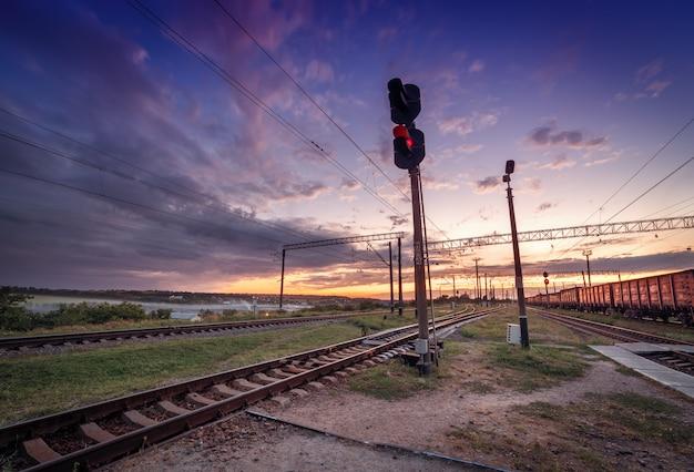 Platforma pociągu towarowego o zachodzie słońca. kolej na ukrainie. stacja kolejowa