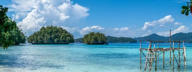 Platforma rybacka w pobliżu batu lima, biodiversity resort, gam island, doberai eco, urai, west papuan, raja ampat, indonezja.