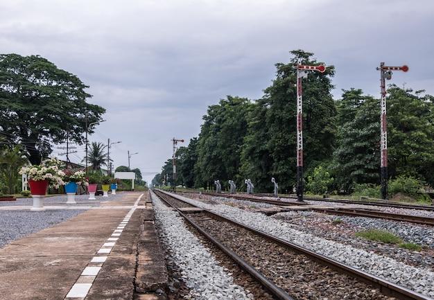 Platforma stacji wiejskiej z słupem sygnalizacji świetlnej.