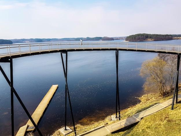 Platforma widokowa na brzegu jeziora zarasas, litwa.