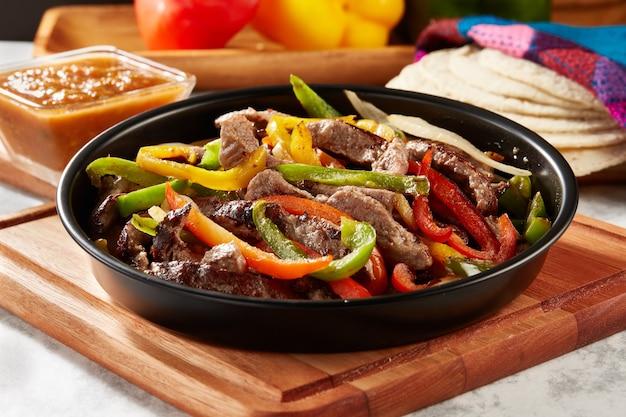 Platillo mexicano fajitas de res con pimientos o alambre de res