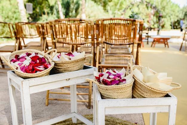 Płatki czerwonych róż w koszach rzucać nowożeńcom.