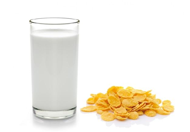 Płatki kukurydziane i mleko na białej przestrzeni