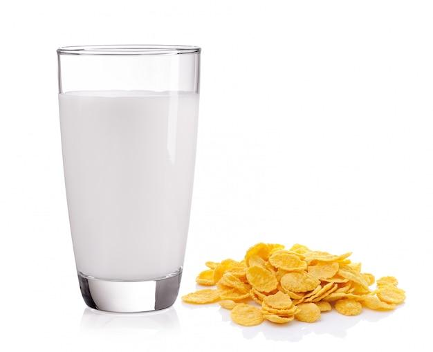 Płatki kukurydziane i mleko na białym tle