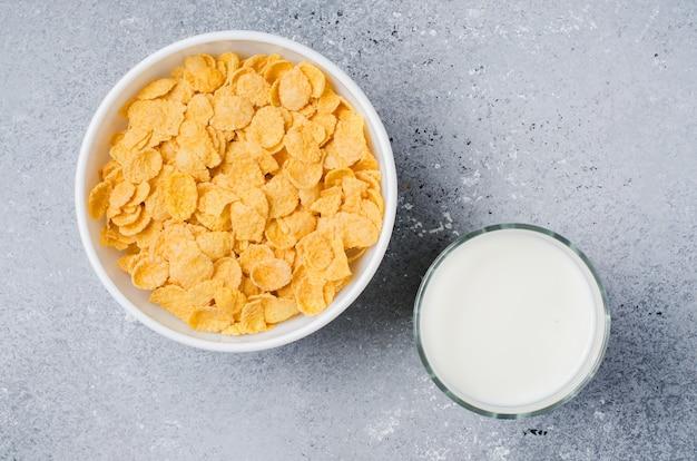Płatki kukurydziane i mleko. zdrowa dieta. widok z góry