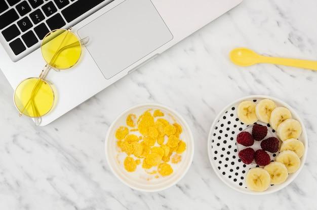 Płatki kukurydziane i pyszne przekąski owocowe