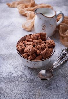 Płatki kukurydziane kakao na jasnym tle