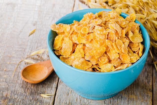 Płatki kukurydziane na drewnianym stole w godzinach porannych