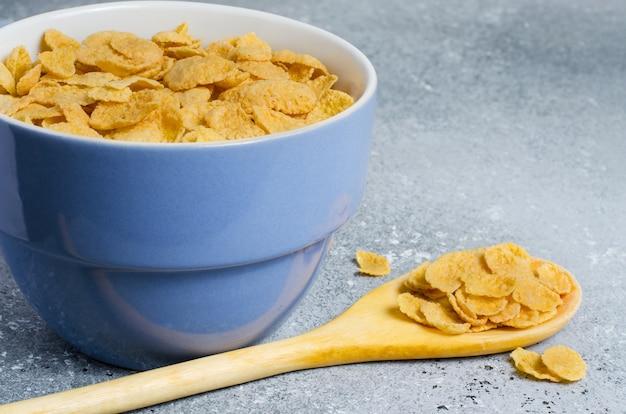 Płatki kukurydziane w talerzu. zdrowe śniadanie.