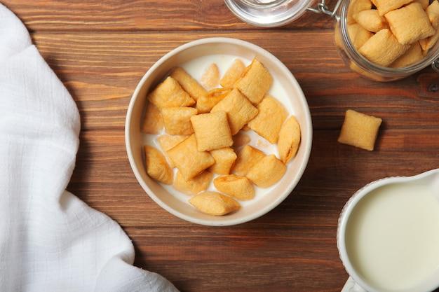 Płatki kukurydziane z mlekiem na śniadanie na stole zbliżenie