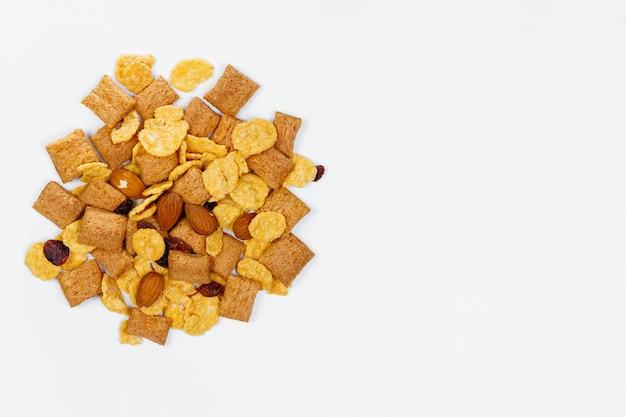 Płatki kukurydziane zbóż na białym tle