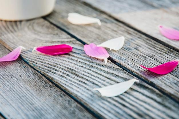 Płatki kwiatów na szarym drewnianym stole