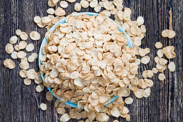 Płatki owsiane i inne zboża, które można wykorzystać do lekkiego, ale zdrowego porannego śniadania, wykonane z różnych rodzajów mąki, w tym kukurydzy i płatków owsianych