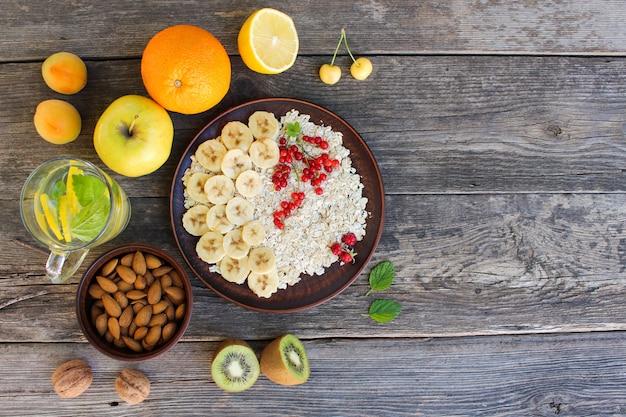 Płatki owsiane i owoce. zdrowe jedzenie.