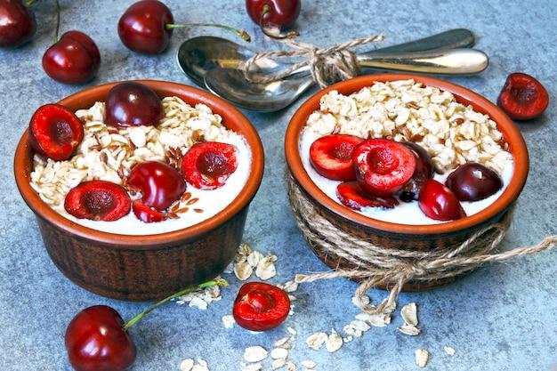 Płatki owsiane na śniadanie z jogurtem i czereśniami. kefir i płatki owsiane. probiotyki. fermentowane produkty mleczne.