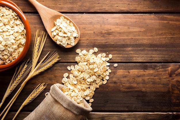Płatki owsiane niegotowane w misce koncepcja zdrowego odżywiania wegańskie jedzenie zdrowe jedzenie śniadanie