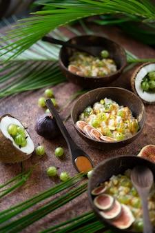 Płatki owsiane z kokosem, jagodami agrestu, sosem karmelowym i fig