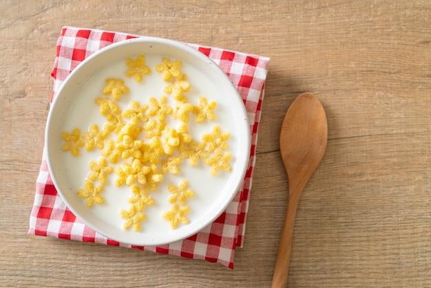 Płatki pełnoziarniste ze świeżym mlekiem na śniadanie