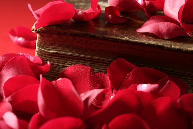Płatki róż nad starą książkę wieku