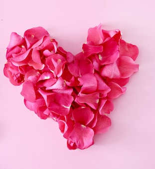 Płatki róż w kształcie serca