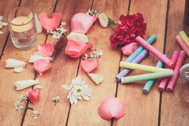 Płatki różani i wiosna kwiaty na drewnianym tle, cement dla walentynka dnia
