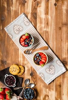 Płatki śniadaniowe. śniadanie z musli i świeże owoce w miskach