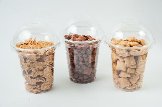 Płatki śniadaniowe w przezroczystych pudełkach
