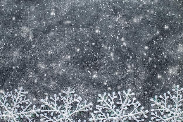 Płatki śniegu na czarnej tablicy.