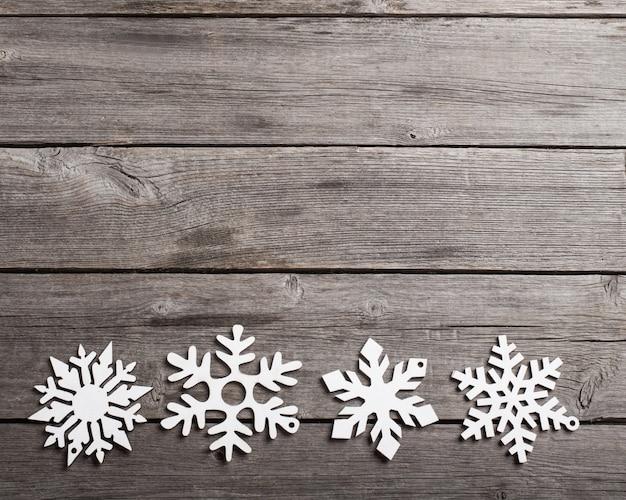 Płatki śniegu na grunge drewnianych deskach
