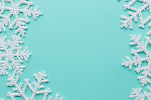 Płatki śniegu na niebieskiej powierzchni