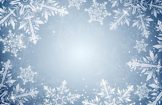 Płatki śniegu na niebieskim tle z miejsca na kopię. zimowe tło