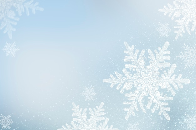Płatki śniegu na niebieskim zimowym tle