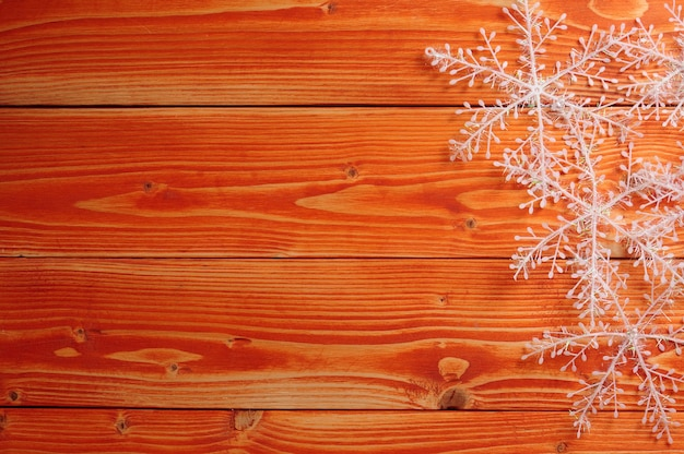 Płatki śniegu na powierzchni drewnianych