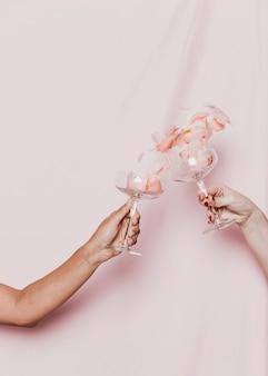Płatki wypełnione kieliszkami toast na imprezie noworocznej