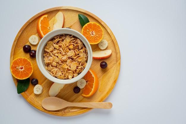 Płatki zbożowe w misce i mieszane owoce