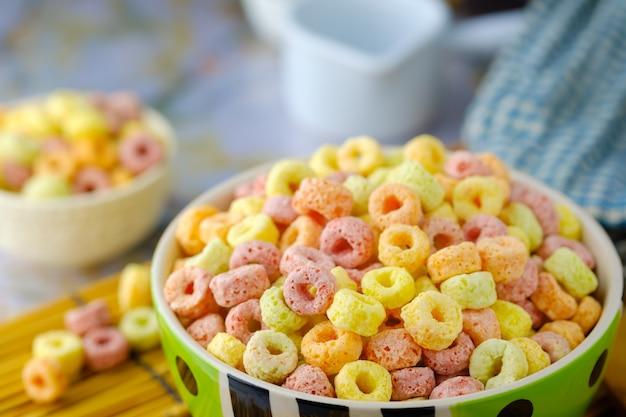 Płatki zbożowe w misce z miejsca kopiowania, koncepcja śniadania. jedzenie o pysznym owocowym smaku i owocowych kolorach. wykonane z kukurydzy, pszenicy i jęczmienia