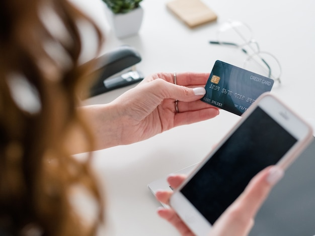 Płatność e-commerce. bankowość internetowa. smartfon i karta kredytowa do dokonywania transakcji.