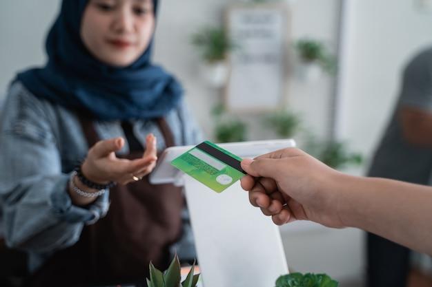Płatność kartą kredytową w kawiarni