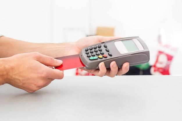 Płatność przy transakcji kartą zbliżeniową i technologią nfc. przedni widok. kompozycja pozioma.