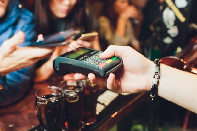 Płatności mobilne z technologią nfc na smartfonie