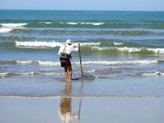 Playas del parque natural de donana en andalucia con un pescador de almejas y su duro oficio