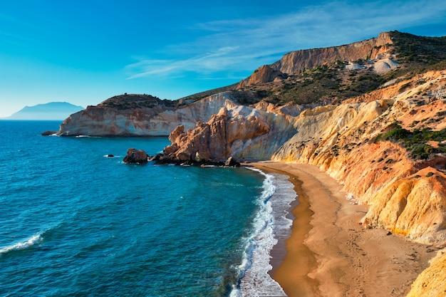 Plaża agios ioannis na wyspie milos, grecja o zachodzie słońca