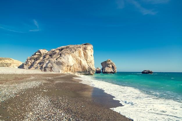 Plaża aphrodite. słoneczne wybrzeże cypru